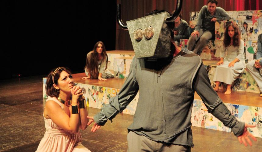 Un'attrice implora il minotauro, rappresentazione durante lo spettacolo la cerimonia