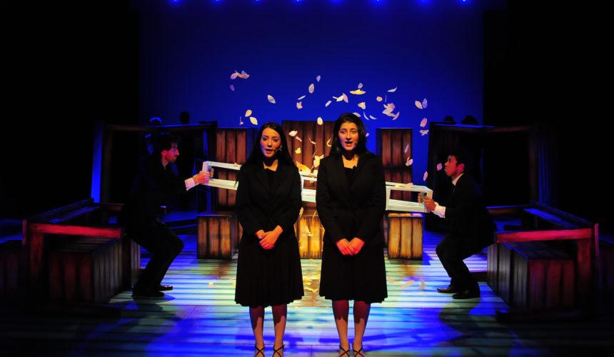 Due attrici nello spettacolo la cerimonia parlano al pubblico