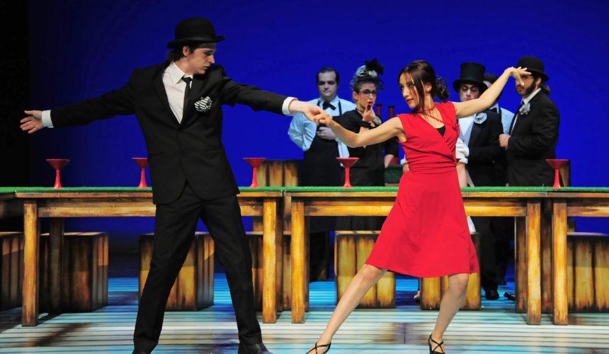 Coppia di attori balla durante una scena dello spettacolo