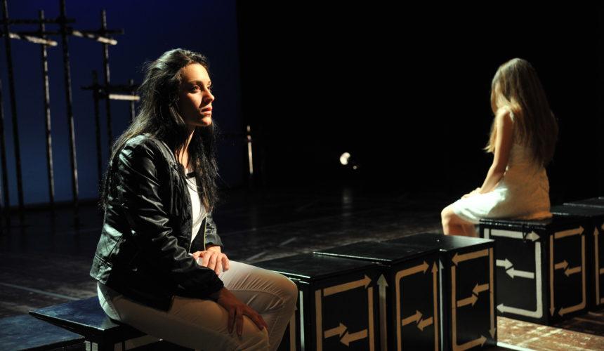 Due personaggi si confrontano in una delle scene